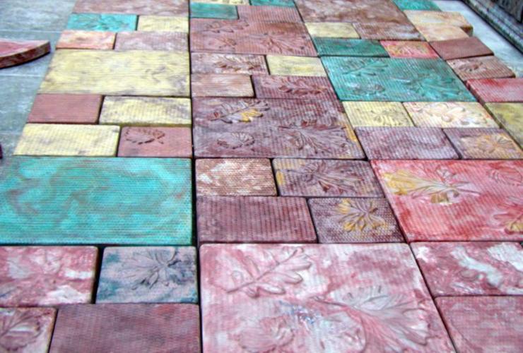 Покрасить тротуарную плитку