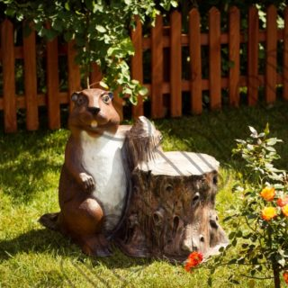 Садовые фигурки для дачи: особенности и достоинства